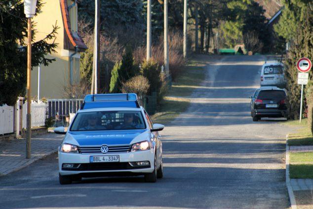 Fahrender Polizeiwagen in Beelitz