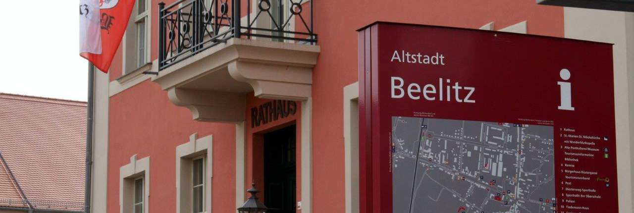 Rathaus Gebäude Beelitz mit Altstadtkarte