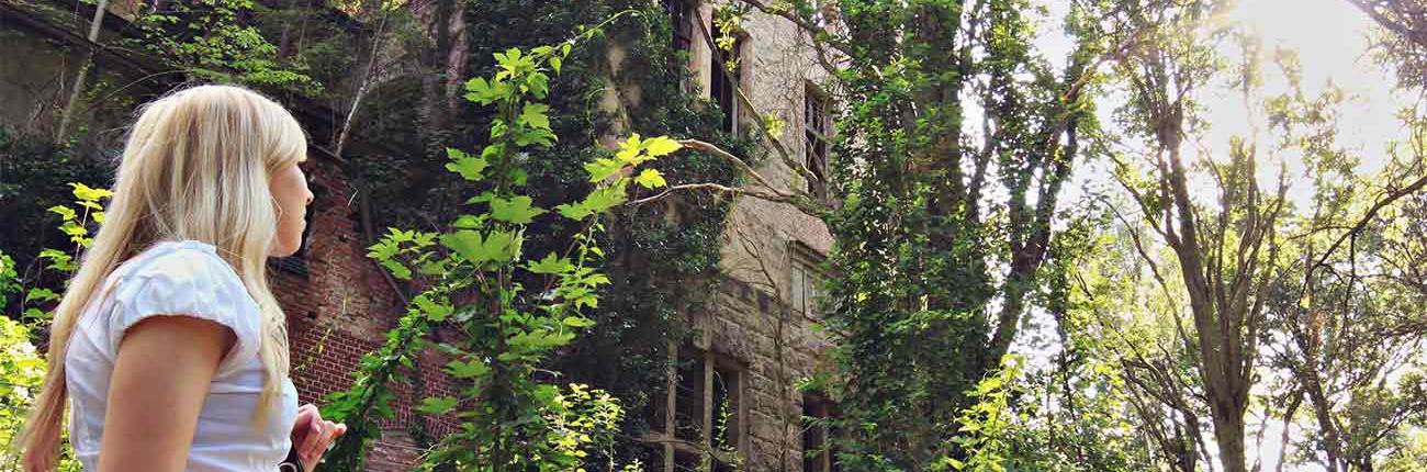 Ruine Heilstätten mit Frau im Vordergrund