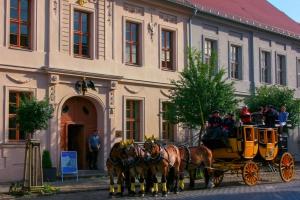 Alte Posthalterei Beelitz mit Postkutsche