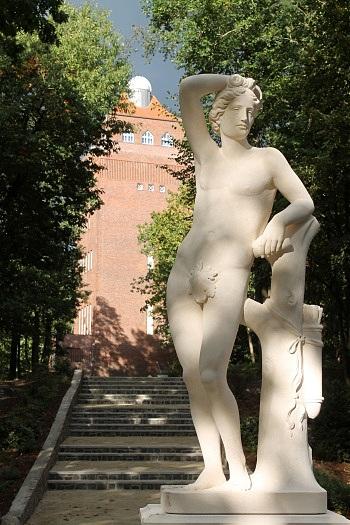 Wasserturm Beelitz mit Statue im Vordergrund