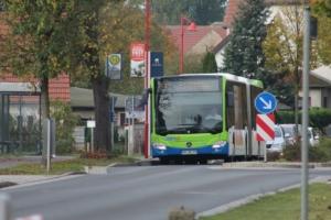 Ein Bus befährt die Brücker Straße in Beelitz.